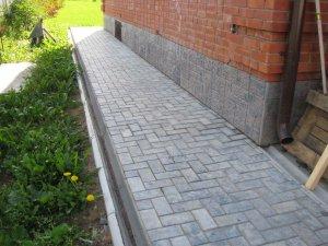Фото отмостка тротуарной плиткой